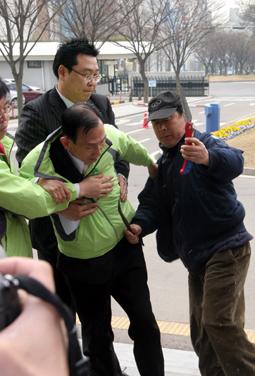 민주당 일부 지지자가 정과 톱을 꺼내 이호웅 시당 위원장을 위협했다.