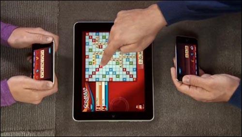 아이패드용 전용 앱인 'Scrabble' 게임을 아이폰으로 이용하는 모습.