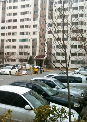 평택 해군 2함대 사령부 앞 해군 아파트 주차장은 평일 낮 시간인데도 차가 가득하다.