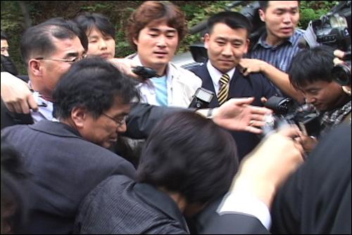 2003년 당시 송두율 교수를 취재중인 기자들. <경계도시2>의 한 장면