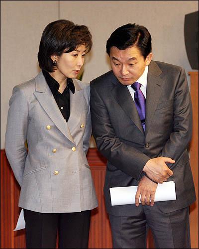 한나라당 서울시장 예비후보인 나경원·원희룡 의원이 6일 국회에서 합동 기자회견을 열기 앞서 얘기하고 있다.