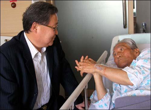 리영희 전 교수가 9일 오후 병문안을 온 정연주 KBS 전 사장과 담소를 나누고 있다.