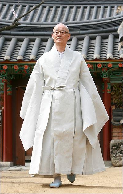 11일 오전 서울 삼성동 봉은사 주지 명진 스님이 법회에 참석하기 위해 다래헌을 나오고 있다.