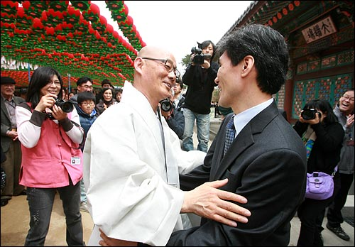 봉은사 주지 명진 스님이 11일 낮 서울 삼성동 봉은사 법왕루에서 일요법회를 마치고 나오며, 신자들과 함께 법회에 참석했던 은혜공동체 박민수 목사를 만나 반갑게 포옹을 하고 있다.