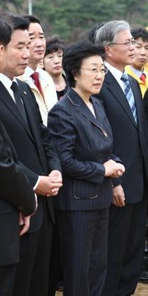 노 대통령 앞에 두손 모은 한 전 총리 한명숙 전 총리가 무죄판결을 받은 다음날 김해시 봉하마을에 있는 노무현 전 대통령 묘소를 참배하면서 두 손을 모으고 있다