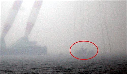 해군 초계함 '천안함' 침몰 18일째인 12일 오후 백령도 연화리 함미 침몰해역에서 작업중이던 대형크레인이 인양한 함미를 인양해 백령도 인근 연안으로 이동하고 있다.