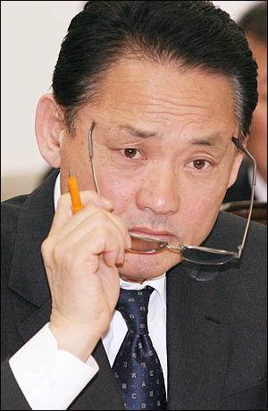 유인촌 문화체육관광부 장관이 14일 국회 문방위 전체회의에 출석, 답변도중 안경을 고쳐쓰고 있다.