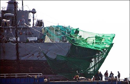 15일 오후 백령도 인근에서 인양된 해군 초계함 '천안함' 함미가 바지선에 올려져 있는 가운데, 절단면에는 그물이 설치되어 있다.