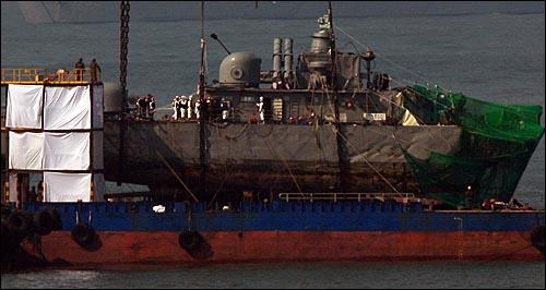 천안함 침몰 21일만에 실종자 44명 중 36명이 주검으로 발견된 가운데 16일 오전 백령도 장촌포 함미 인양해역에서 군 관계자들이 실종자 시신 수색 작업을 재개하고 있다.