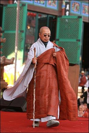 17일 오후 서울 종로구 조계사에서 열린 '4대강 생명살림 수륙대재'에서 수경스님이 4대강 사업을 '이명박의 난'이라며 비판하는 연설을 마친 뒤 내려오고 있다.