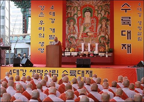 17일 오후 서울 종로구 조계사에서 열린 '4대강 생명살림 수륙대재'에서 수경스님이 4대강 사업을 '이명박의 난'이라며 비판하는 연설을 하고 있다.