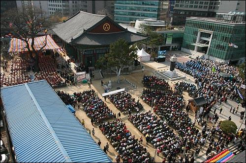 '4대강 생명살림 수륙대재'가 17일 오후 서울 종로구 조계사에서 수천명의 신자와 시민단체 회원들이 참여한 가운데  열렸다. 경내에 들어오지 못한 수백명의 참석자들은 조계사앞 인도에 설치된 대형모니터를 보며 행사에 참여했다.