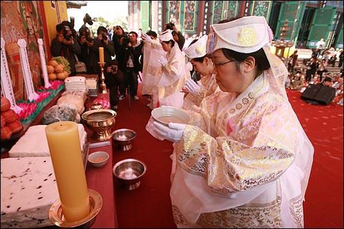 17일 오후 서울 종로구 조계사에서 열린 '4대강 생명살림 수륙대재'에서 '헌다 의식'(4대강 생명의 물을 올리는 의식)이 진행되고 있다.