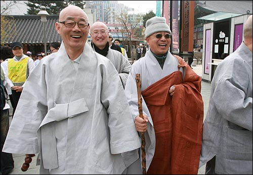 17일 오후 '4대강 생명살림 수륙대재'가 열리는 서울 종로구 조계사에서 만난 봉은사 주지 명진스님과 화계사 주지 수경스님이 활짝 웃고 있다.