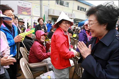 서울시장 출마선언이 임박한 것으로 알려진 한명숙 전 총리가 17일 오후 '4대강 생명살림 수륙대재'가 열리는 서울 종로구 조계사에서 참석자들과 인사를 나누고 있다.