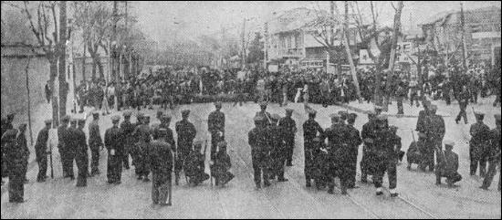1960년 4월19일 경무대로 올라가는 길목에서 경찰과 시위대가 대치하고 있다.