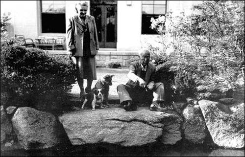 경무대(1948년 대한민국 정부가 수립 후 명명된 대통령 집무실 겸 관사) 연못에서 휴식을 취하고 있는 이승만 대통령과 프란체스카