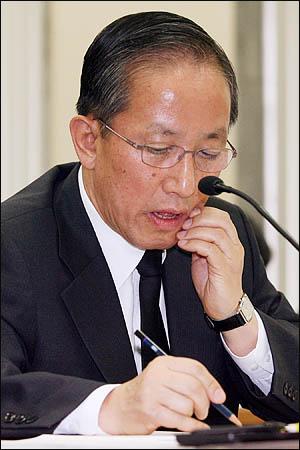 19일 오후 국회 국방위 전체회의에 출석한 김태영 국방부장관이 천안함 침몰 사고를 둘러싼 각종 의혹에 관한 질의를 들으며 곤혹스런 표정을 짓고 있다.