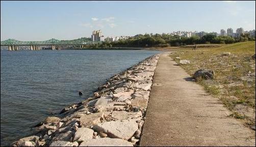 사람이 손과발을 담글 수 없게 건축폐기물로 강변을 덮기 전의 한강은?