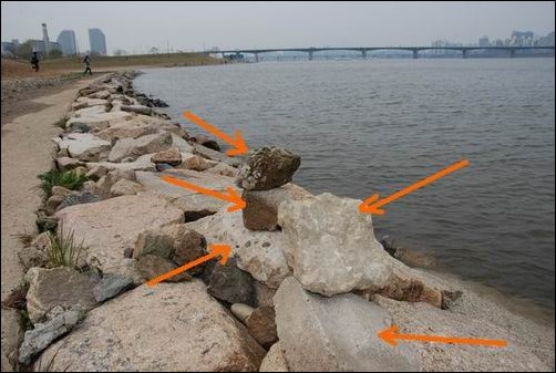 이 엄청난 크기의 불법 건축 페기물들이 한강변을 덮고 있습니다.  작은 건축폐기물들뿐만 아니라, 40~50cm가 넘는 건축폐기물들이 한강변을 따라 주~욱 이어져 있었습니다.