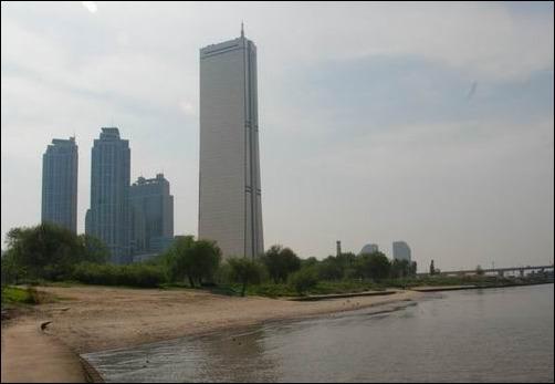 건축폐기물이 차지하기 전의 한강은 은빛모래와 버드나무 바로 이모습입니다.  한강르네상스 이전의 한강은 은빛 모래와 버드나무 그늘이 조화를 이루던 도심 한강 중 가장 멋진 곳이었습니다. 그러나 지금은 건축폐기물로 최고?의 한강이 되었습니다.