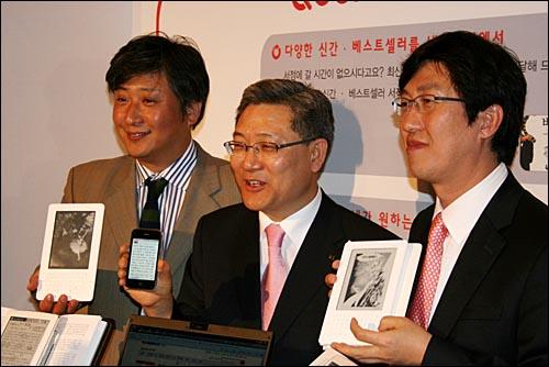 20일 서울 강남 리츠칼튼호텔에서 열린 'QOOK 북카페' 오픈 행사에서 서유열 KT 홈고객부문장(사장, 가운데)이 양원석 랜덤하우스코리아 대표(왼쪽), 양동기 아이리버 부사장(오른쪽) 등과 함께 아이폰과 e북 앞에서 기념 촬영을 하고 있다.