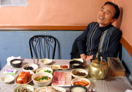 홍어 맛에 반한 제정고 씨의 흐뭇한 표정이 압권입니다.