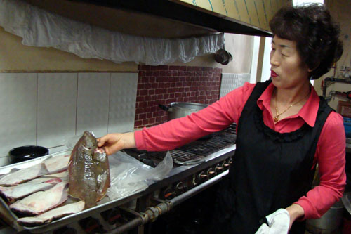 매일 새벽 수산시장에서 사온 싱싱한 도다리가 맛의 비결이라던 주인장.