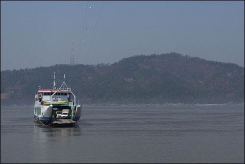 점암선착장에서 임자도를 오가는 철부도선. 튤립축제 기간엔 날마다 20분 간격으로 오가며 여행객들을 실어 나른다.