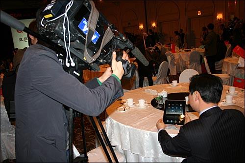 전자책 행사장에 가져갔다 방송사 취재 대상이 된 '아이패드'