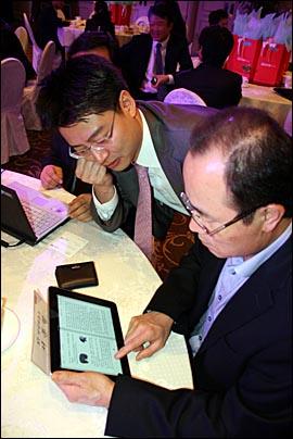 20일 강남 리츠칼튼호텔에서 열린 KT e북 마켓 '쿡 북카페' 오픈 행사에 참석한 KT 관계자와 기자들도 처음 만져보는 아이패드에 감탄사를 연발했다.
