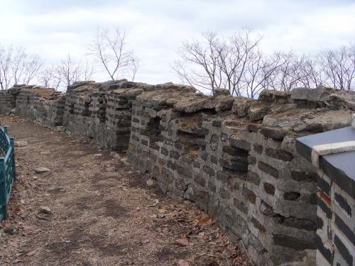 동장대지 부근에 있는 성벽의 여장들. 훼손부분이 그대로 놓여있다.