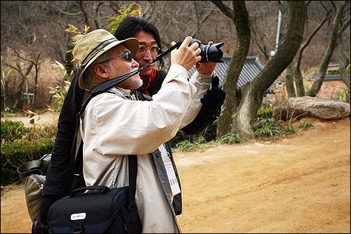 사진찍을 때는 작가처럼  춤추는 사진작가 강영호는 사진찍을 때 폼도 마음도 프로 작가처첨 찍을 것을 주문한다.