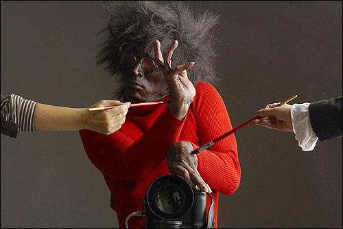 <춤추는 사진작가 강영호의 99 variations>의 한 장면 상업사진을 주로 찍던 강영호 작가가 순수예술을 시도하게 된 것은 연예인스타 중심의 한류문화, 대중문화에 대한 공격이자 복수심의 발로라고 한다.