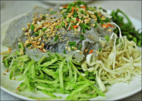 야채와 실치를 적당히 덜어 초고추장에 버무려 먹는다.