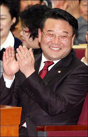 전교조 명단을 공개해 논란을 일으킨 조전혁 한나라당 의원이 27일 오후 국회 헌정기념관에서 열린 출판기념회에 참석해 내빈소개를 받으며 박수치고 있다.