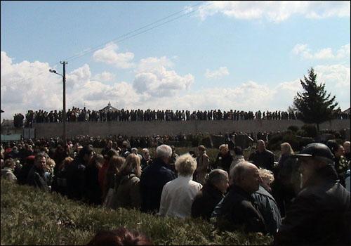 마지막 가는 길을 함께 하기 위해서 케디스의 장례식에 모여든 수많은 인파들.