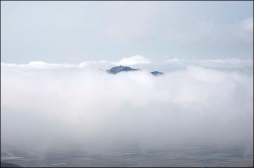 구름 속으로 사라지는 형상