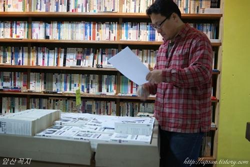 책방지기 장우석 씨가 행사 자료를 정리하고 있다