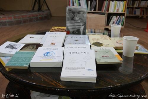 법정스님의 책 생전에 스님이 남기신 책들이 이렇게 전시되어 있다. '물레책방'에서는 스님의 유지를 받들어, 스님의 책은 판매치 않고, 대신 이 공간에 오면 누구든 읽을 수 있도록 이렇게 비치를 해둔다고 한다