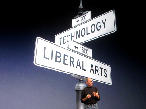 """애플의 최고경영자 스티브 잡스가 아이패드를 소개하는 자리에서 기업으로서의 애플이 갖는 정체성을 설명하고 있다. 그는 """"애플은 변함 없이 인문학과 기술의 교차로에 서 있었다""""고 말했다."""