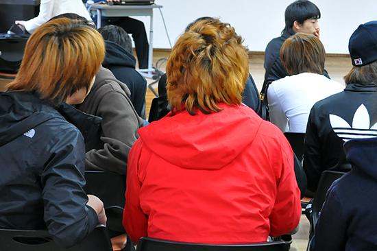 자유로운 머리 모양을 하고 있는 마산 태봉고등학교 학생들.