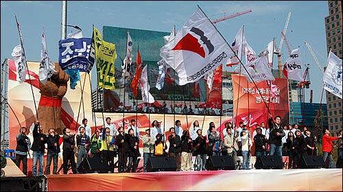 제120주년 세계 노동절인 1일 오후 서울 여의도 문화공원에서 열린 '120주년 세계노동절 기념 범국민대회'에서 민주노총과 시민사회단체 깃발들이 무대 위로 입장하고 있다.