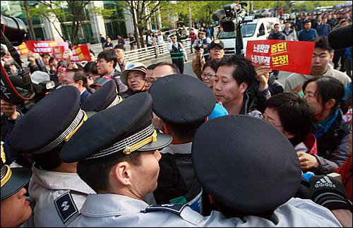 1일 오후 서울 여의도 문화공원에서 열린 '120주년 세계노동절 기념 범국민대회'를 마친 뒤 참가자들이 MBC 총파업을 지지하며 MBC 사옥으로 거리행진을 하자 경찰들이 이를 저지하고 있다.