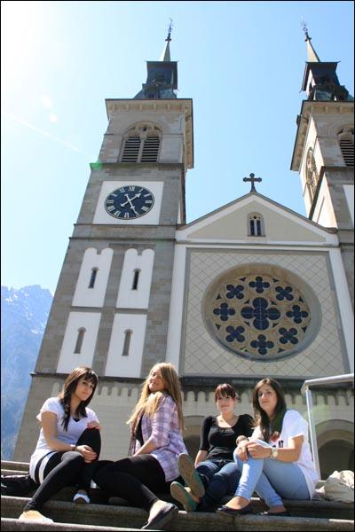 """""""나도 꼭 갈거예요"""" 글라루스 중앙 교회에서 만난 20대 여성들. 이들은 주민총회에 꼭 참여하겠다고 말했다."""