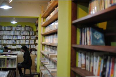 물레책방 내부 모습, 한 벽면에 책들이 진열되어 있다.