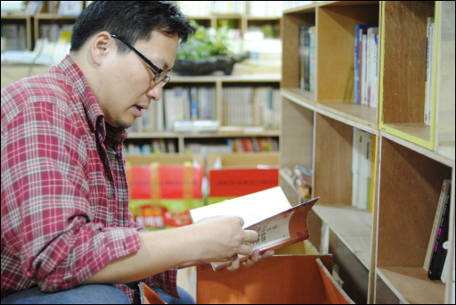 새로 들어온 책을 정리하고 있는 책방지기 장우석 씨.