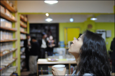 차를 마시며 책을 고르고 있는 모습.