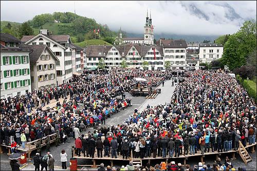 스위스 글라루스주의 주민들이 모두 모여 투표권을 행사하는 란쯔게마인데 현장. 스위스 직접민주주의의 상징으로, 매년 5월 첫째주 일요일에 열리는 이 주민총회 현장을 오마이뉴스 취재팀이 지켜봤다.