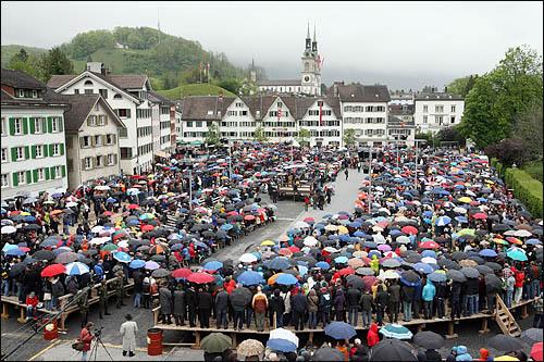 스위스 글라루스주의 주민들이 모두 모여 투표권을 행사하는 란쯔게마인데 현장. 비가 오는 궂은 날씨에도 2일 열린 이 주민총회에 참석한 글라루스 주민들은 자리를 떠나지 않고 상정된 법안에 일일이 찬반 의사표시를 하고 있다.